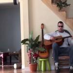 ŠTA TI JE KARMA: Šutnuo je svoju mačku sa stolice, a ona mu je vratila OVAKO! (VIDEO)