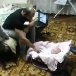 """VIDEO: Tata je pokušao da """"tuče"""" svoju bebu! Za macu – to je neprihvatljivo!"""