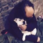 """FOTOGRAFIJA KOJA JE """"ZAPALILA"""" INTERNET: Beskućnik u ponovnom zagrljaju sa svojim psom!"""