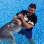 SLIKA KOJA JE SRUŠILA INTERNET: Vlasnik nosi bolesnog psa u rukama i pliva sa njim!