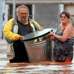 PRIČA KOJA JE ODUŠEVILA SVET: U kanti izneli sve svoje ljubimce iz poplavljene kuće! (FOTO)