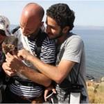Zbog ove priče i Tviter je stao: Sirijski izbeglica u naručju nosio mače sve do Grčke!