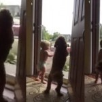 Tata upravo dolazi sa posla, a reakcija psa i bebe će vas oduševiti! (VIDEO)