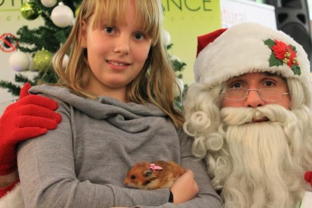 Deda Mraz deli paketiće kućnim ljubimcima petface