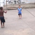 SREĆA JE U MALIM STVARIMA: Pas drži konopac, dok ga dečaci preskaču! (VIDEO)