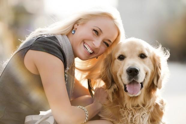 žena se poverava svom psu petface