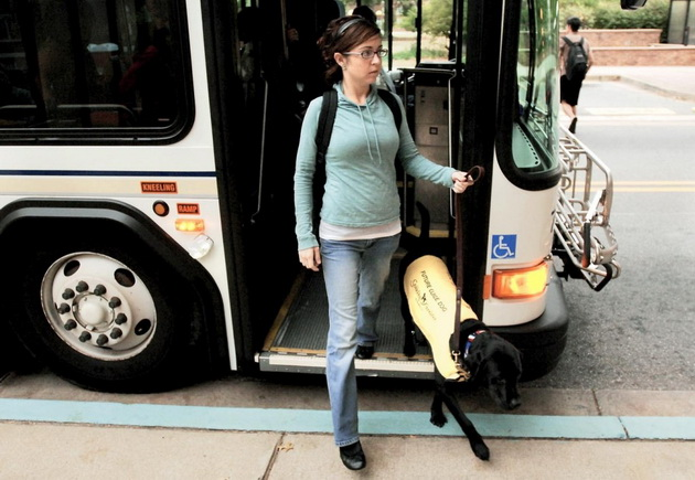 Osobe koje se kreću uz pomoć psa vodiča petface