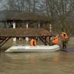AKICJA UŽIVO: Spasavanje psa iz poplavljenog automobila!