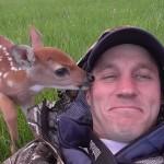 DIRLJIVO: Ovaj čovek je spasio lane koje je majka ostavila!