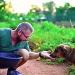 Ovaj čovek hrani 80 pasa SVAKOG DANA, zato što ne može da podnese da oni budu gladni!