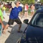 Jedan čovek razbio je prozor od automobila kako bi spasao psa koga su vlasnici ostavili na vrućini!