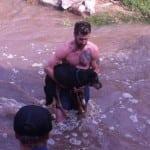 HEROJ: Uskočio u hladnu reku kako bi spasio 13-godišnjeg psa!