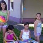 PONOS ZRENJANINA: Devojčice prave i prodaju narukvice kako bi pomogle psima u azilu!