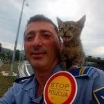 FOTOGRAFIJA KOJU OBOŽAVAMO: Sarajevski policajac pozira sa mačetom, kojem je spasio život!