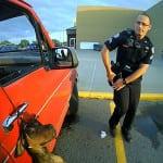 Policajaci spasili psa, koji je vezan lancem visio iz automobila!