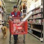 SJAJNO: Nije imao posao, a onda ga je ovaj supermarket zaposlio – i njega i psa!