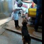 ŽIVOTNA LEKCIJA: Ona prosi u Leskovcu za hranu, ali je obrok podelila sa psom!
