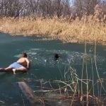 VIDEO DANA: Mladić puzeći po zaleđenom jezeru, spasio zarobljenog psa!