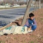DEČAK ZA PRIMER: Osmogodišnji izbeglica iz Sirije sedeo pored povređenog psa dok nije došla pomoć!