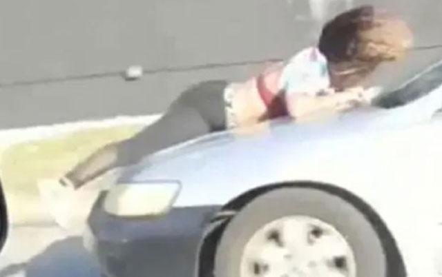 DRAMATIČNO! – Prodavačica NA HAUBI AUTOMOBILA pokušava da spreči krađu psa vrednog 10.000 dolara.
