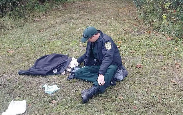 policajac pomogao psu
